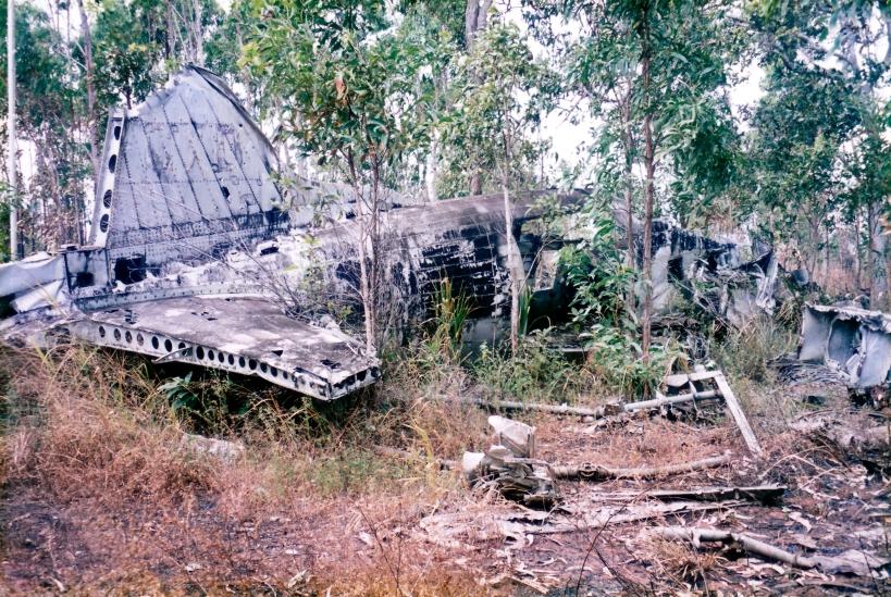 08-03-1998 05 wreck DC3 parts.jpg