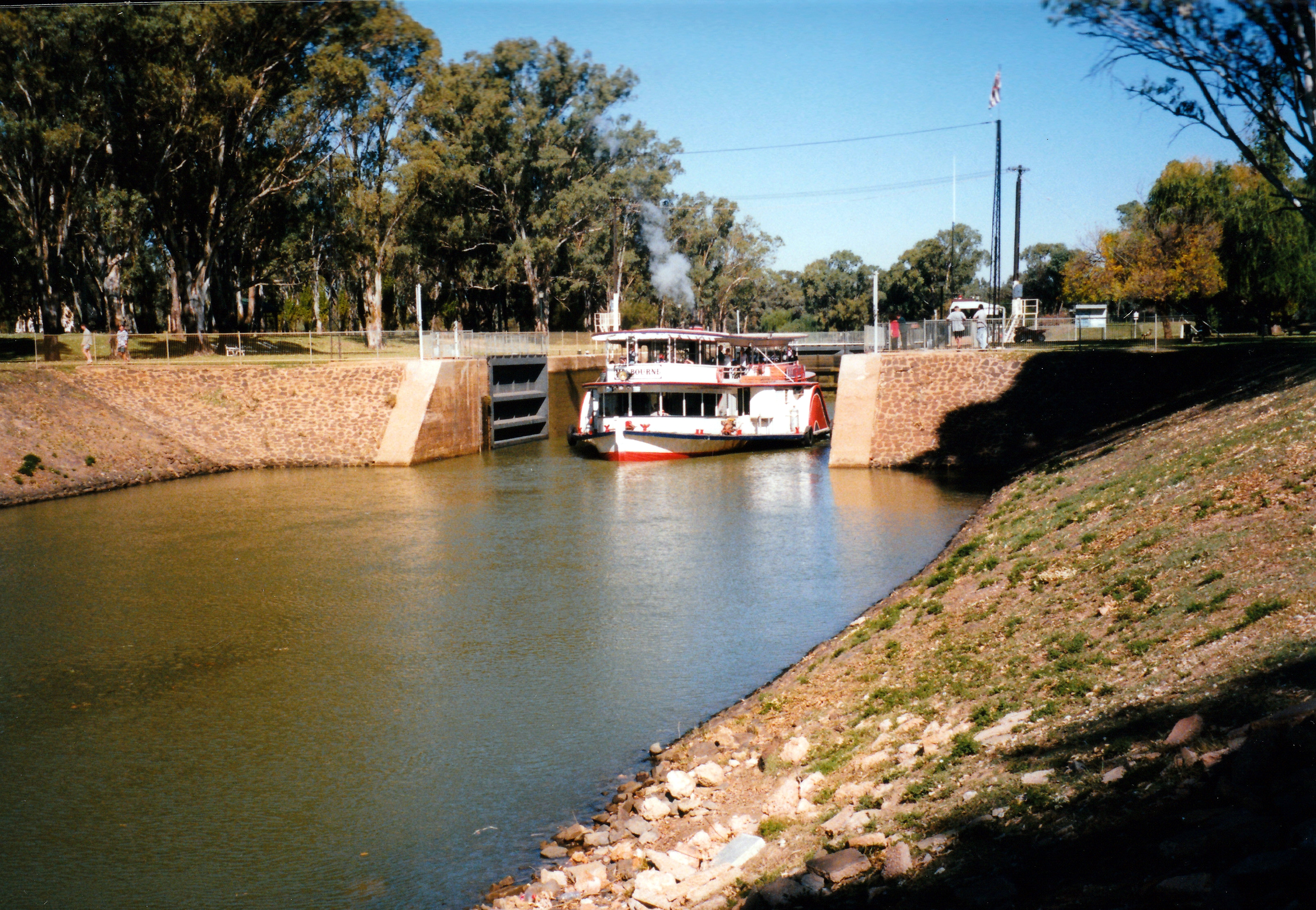 04-16-1999-ps-melbourne-exiting-lock-11