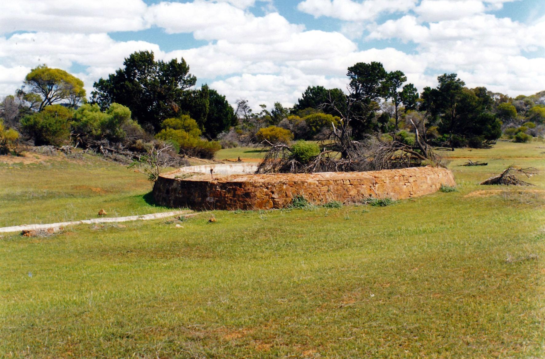 09-07-1999 02 old well yardea