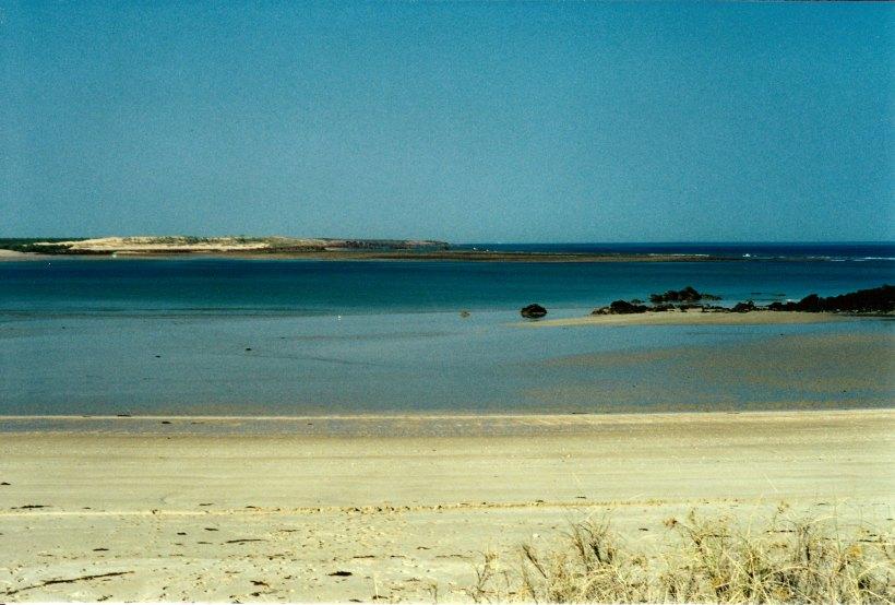 09-04-2000 02 reef middle lagoon low tide.jpg