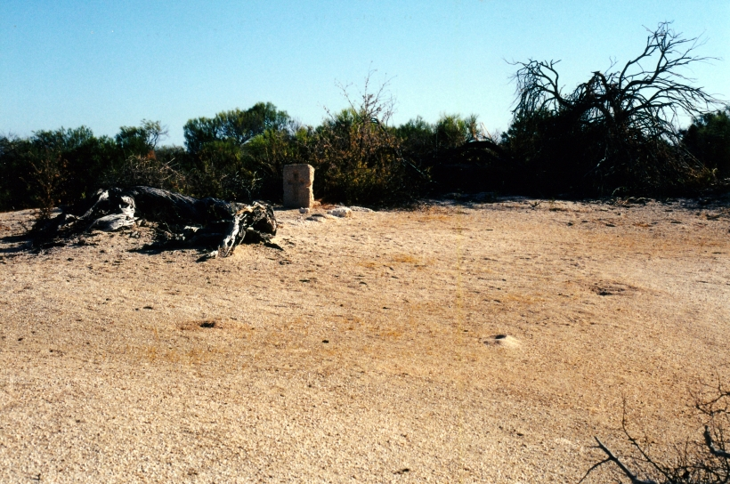 11-09-2000 05 grave Hamelin Pool.jpg