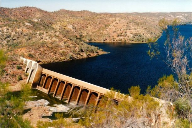 Resize of 06-09-2002 04 Lake Julius and dam wall on Leichardt River.jpg