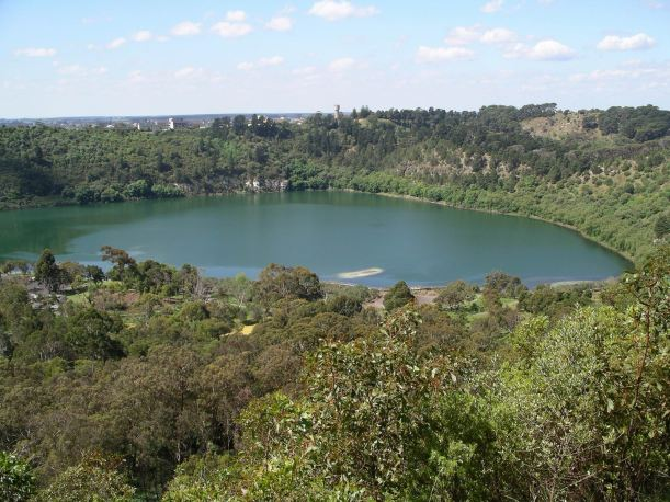 Resize of 10-19-2004 blue lake mt gambier.JPG