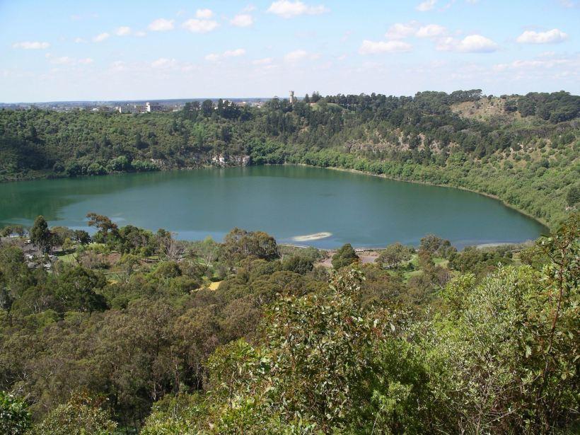 Resize of 10-19-2004 blue lake mt gambier.JPG